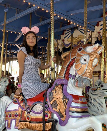 Puede ser un clásico, pero también queremos una foto como la de Xime en el Prince Charming Regal Carrousel de Magic kingdom.