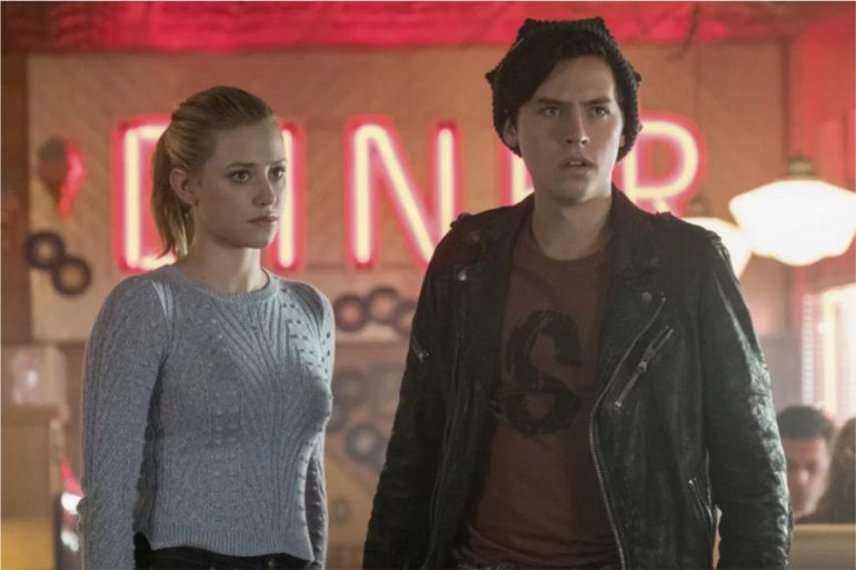 cuanto ganan lili reinhart y cole sprouse riverdale