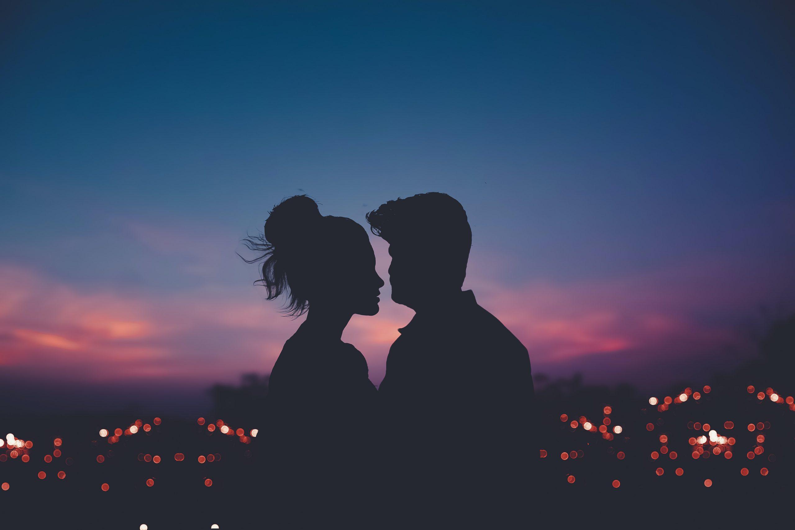 pareja paisaje signo zodiaco