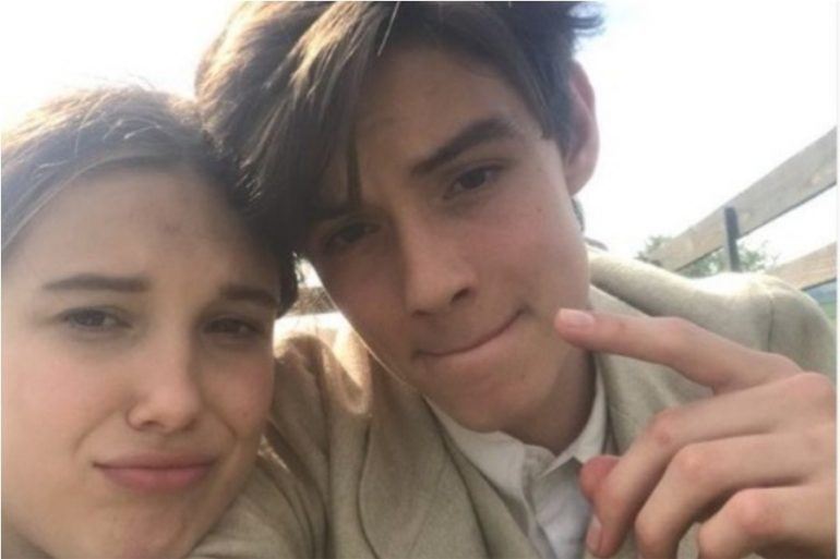 Millie Bobby Brown y Louis Partridge