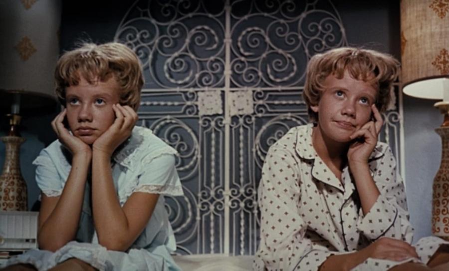 la primera versión de Juego de Gemelas es de 1961, protagonizadas por Hayley Mills