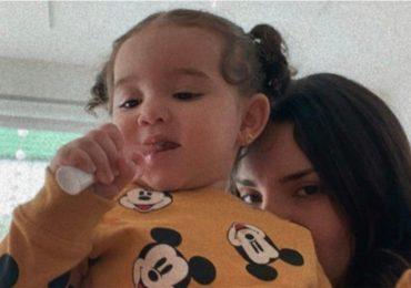 kima cepillando sus dientes