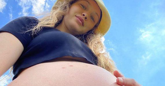 gigi hadid selfie bebe