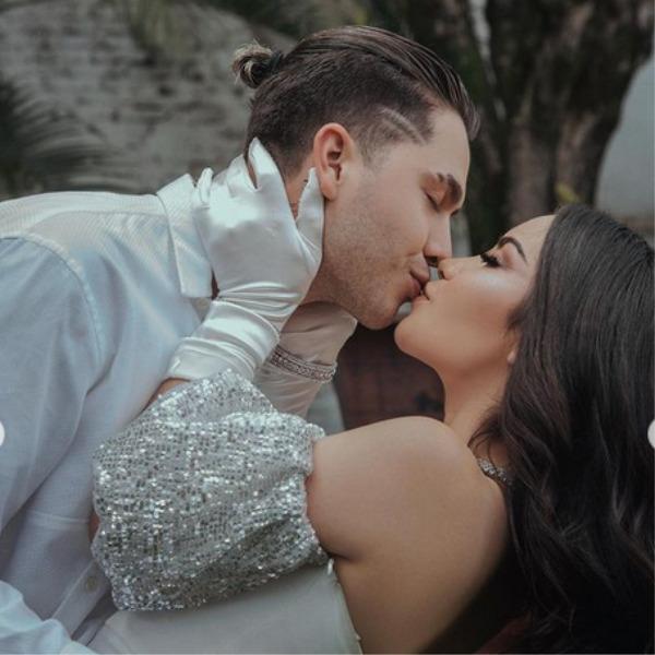 Kimberly Loaiza y Juan de Dios Pantoja besándose