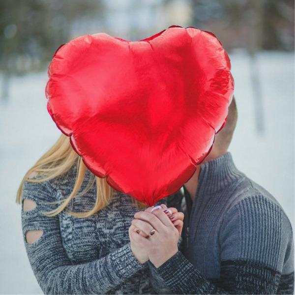 Adolescentes en romántico beso