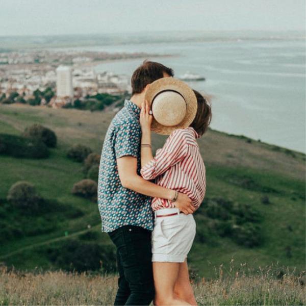 Adolescentes ocultándose al darse un beso