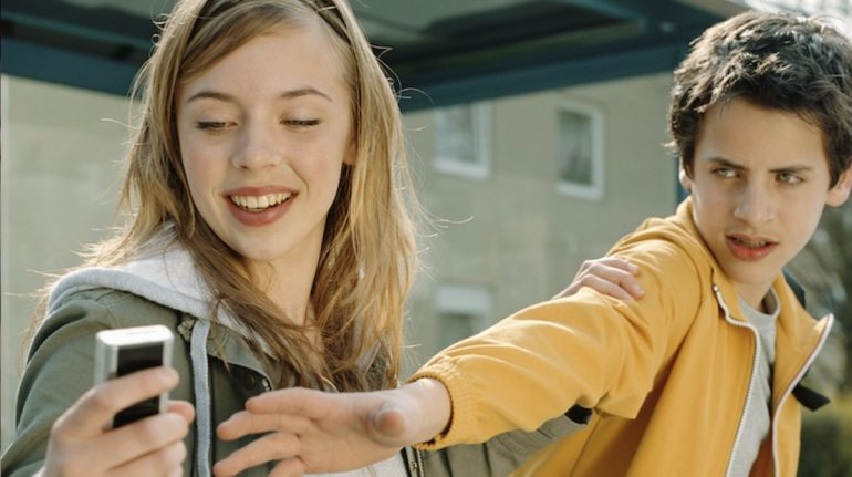 personas revisan celular de sus parejas